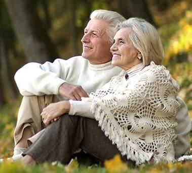 זוג מובגר יושב מול הנוף