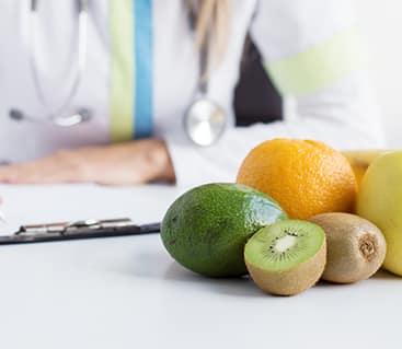 פירות מונחים על שולחן רופא