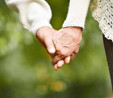 זוג מבוגרים מחזיקים ידיים
